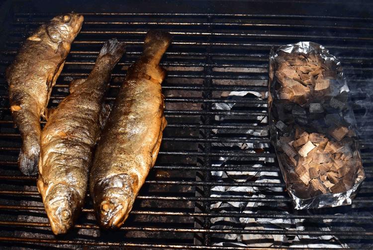 Forelle-im-grill-raeuchern-mit-buche59317b9e0f3c2