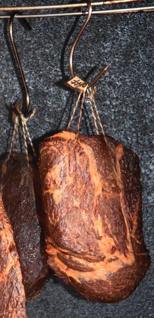 06-gewuerznacken-redhotberry-fleisch-aufgehangen