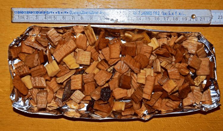 Aluschale-mit-gewaesserten-Buchenchips